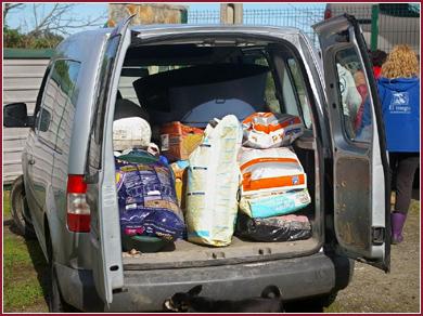 De Spaanse vrijwilligers laden vervolgens hun auto's weer vol met de